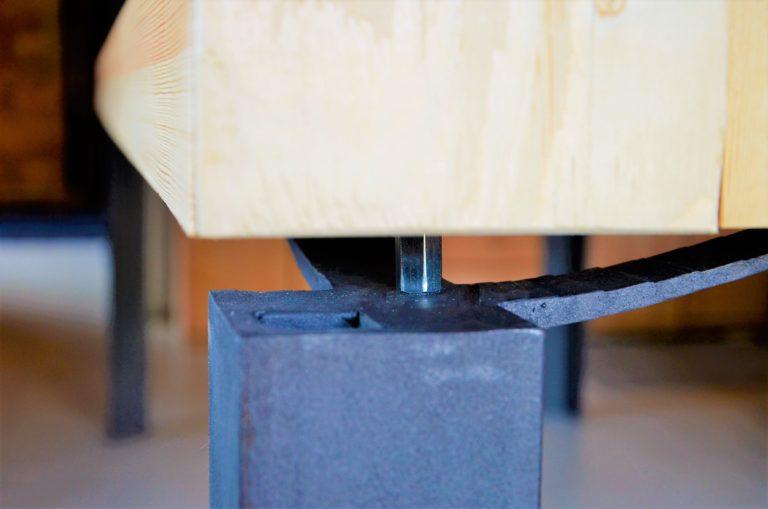 Detail kovaného stolu
